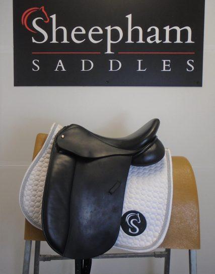#SC1131# Black 17.5″ English Leather Symonds W Fit Dressage Saddle – USED Symonds