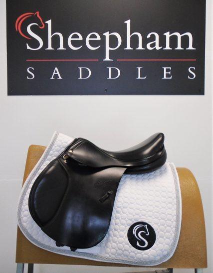 #SC1144# Black 16″ Part Leather John Whitaker M Fit Junior Jump Saddle – USED John Whitaker